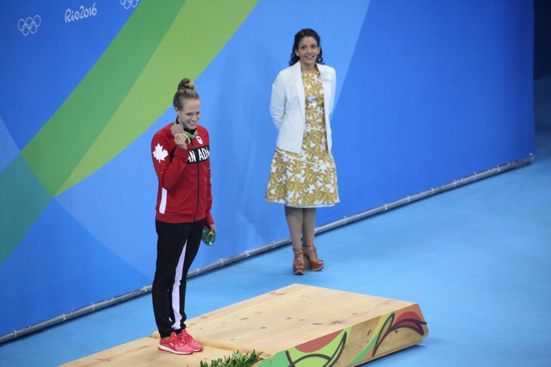 Hilary Caldwell, médaillée de bronze, durant la cérémonie des médailles suite à la finale du 200 m dos aux Jeux de Rio. 12 août 2016. Photo Steve Boudreau