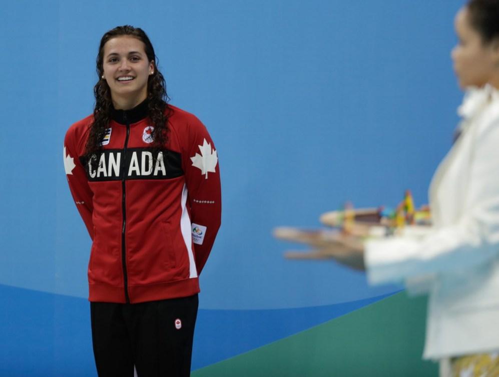 Kylie Masse durant la cérémonie de remise des médailles. Elle a remporté la médaille de bronze au 100 m dos aux Jeux de Rio. 8 août 2016. (Photo/Jason Ransom)