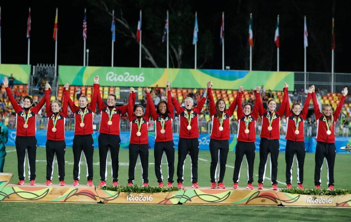 L'équipe canadienne de rugby à sept féminin lors de la cérémonie des médailles des Jeu olympiques de Rio, le 8 août 2016.