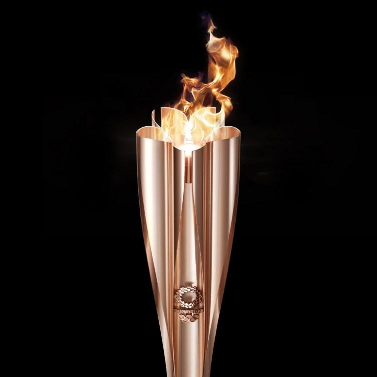 La torche olympique allumée sur fond noir.
