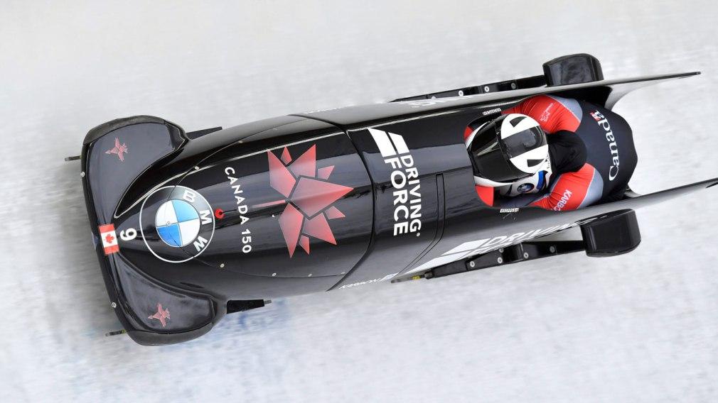 Justin Kripps et Jesse Lumsden d'Équipe Canada en piste lors de l'épreuve de bob à deux à la Coupe du monde de bobsleigh d'Innsbruck, le 16 décembre 2017. (Photo: AP Photo/Kerstin Joensson)