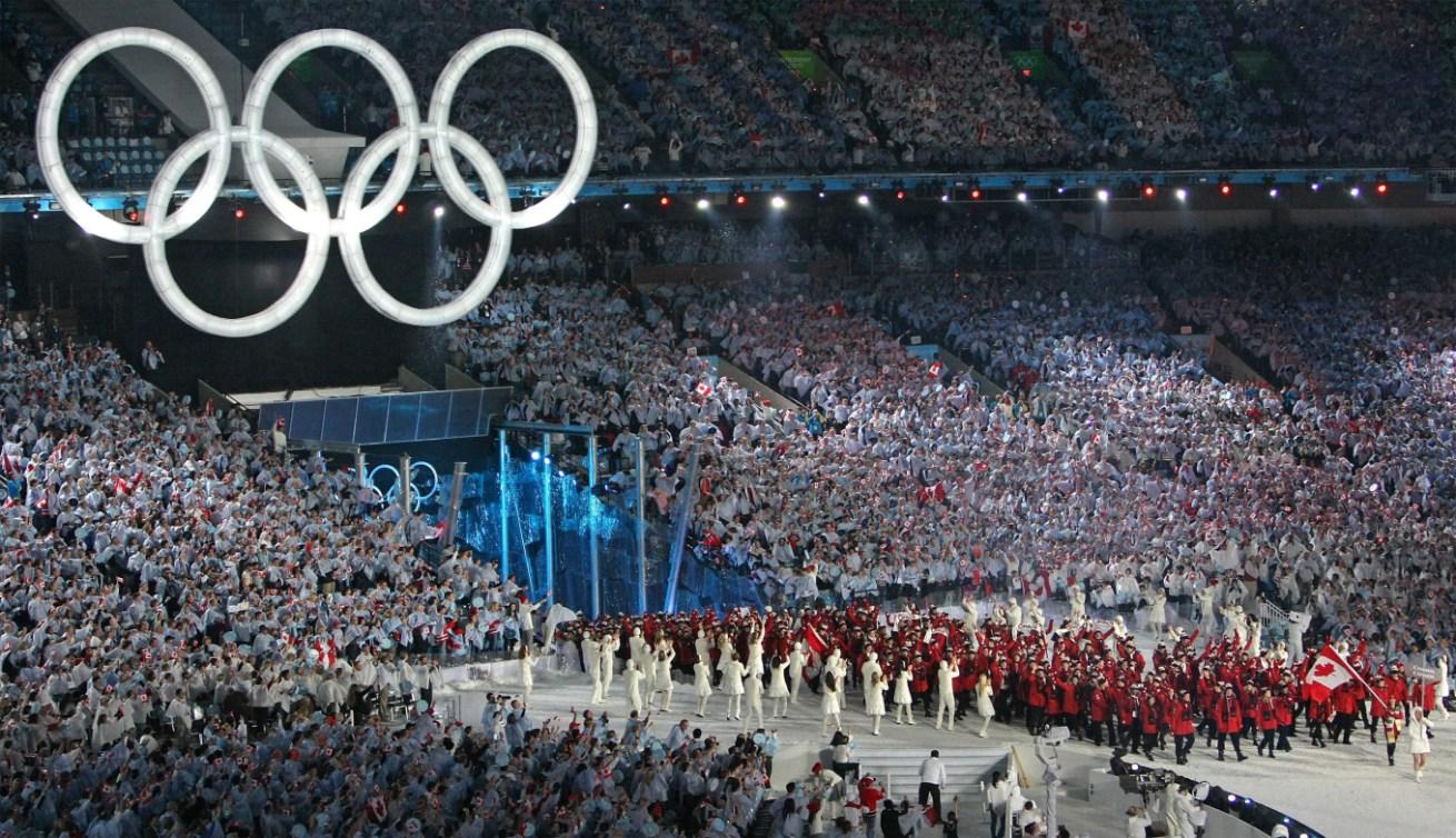 Les membres d'Équipe Canada font leur entrée au B.C. Place Stadium lors de la cérémonie d'ouverture des Jeux olympiques d'hiver de Vancouver, en 2010. LA PRESSE CANADIENNE (HO-COC-Dave Sandford)