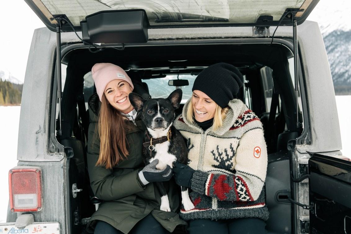 Stephanie Labbé, Geogia Simmerling et Rio le chien. (Photo: COC)