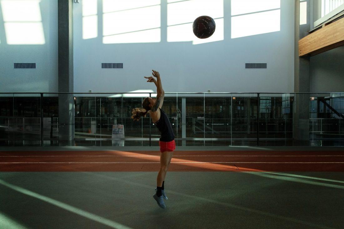Stephanie Labbé s'entraine avec un ballon médicinal à 'institut national du sport de l'Alberta. (Photo: COC).