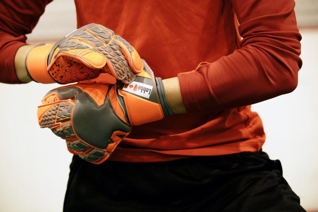 Stephanie Labbé attache ses gants de gardienne de but. (Photo: COC)