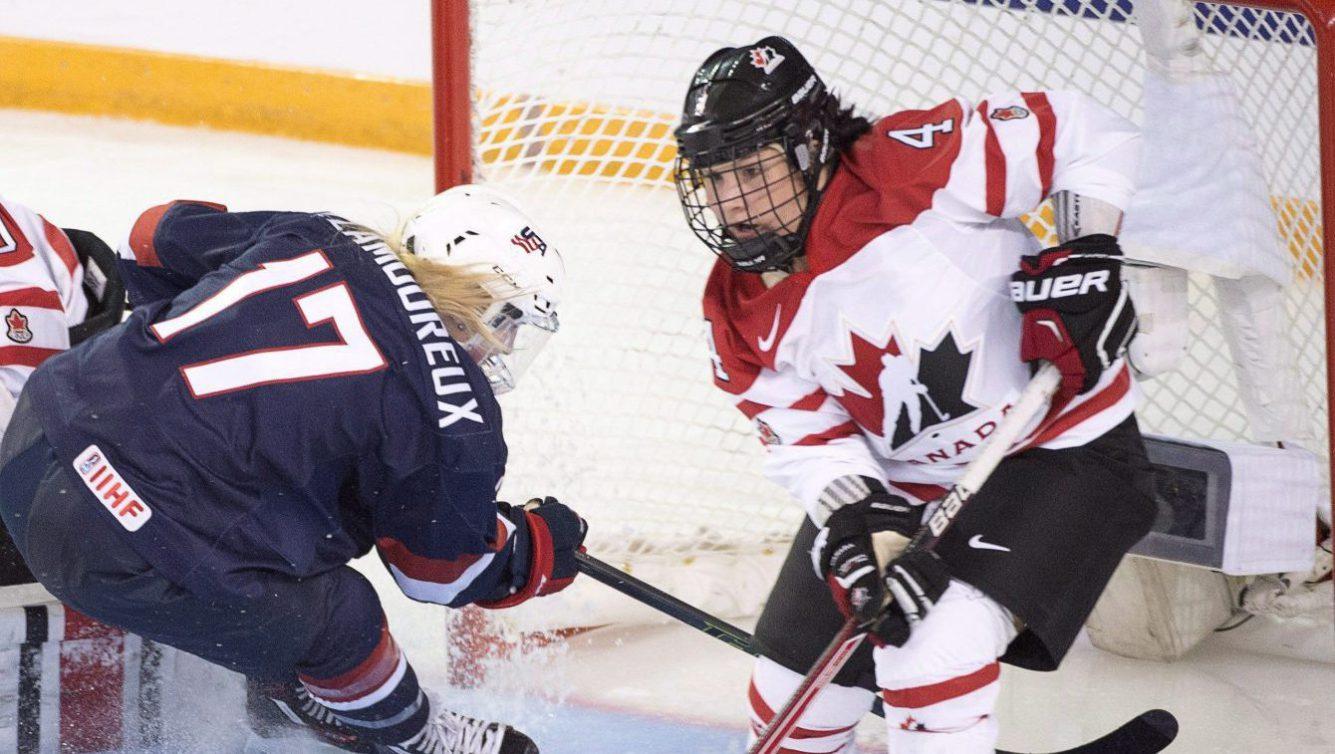 Brigette Lacquette en action sur la glace lors des Mondiaux de hockey féminin 2016.