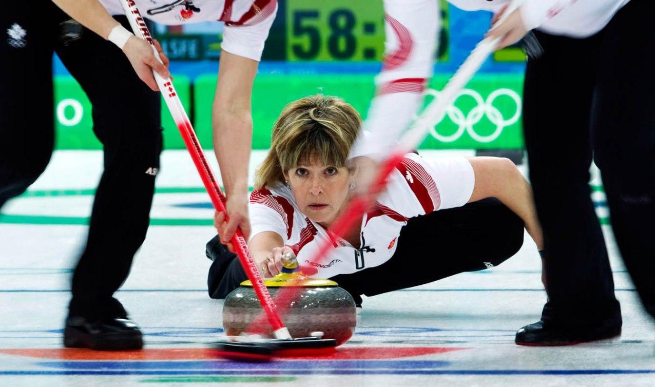 Carolyn Darbyshire s'élance au tournoi de curling féminin des Jeux olympiques de Vancouver