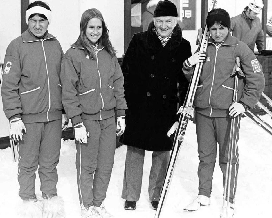 Les fondeuses Shirley Firth, Helen Sonder et Sharon Firth prennent la pose pour une photo aux Jeux olympiques de Sapporo en 1972.
