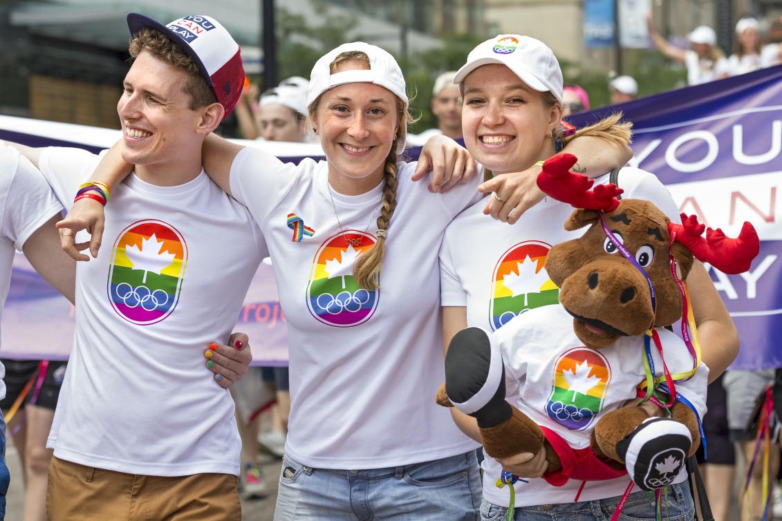 Des athlètes d'équipe canada défilent dans les rues de Toronto pour le défilé de la fierté.