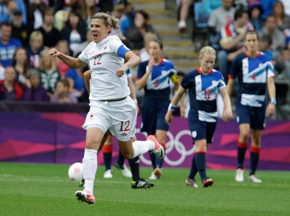 Sinclair célèbre un but aux Jeux olympiques de Londres.