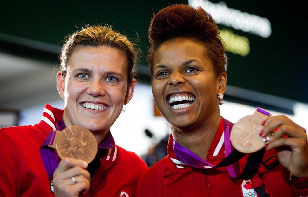 Christine Sinclair et sa coéquipière Karina Leblanc posent avec leur médaille de bronze.